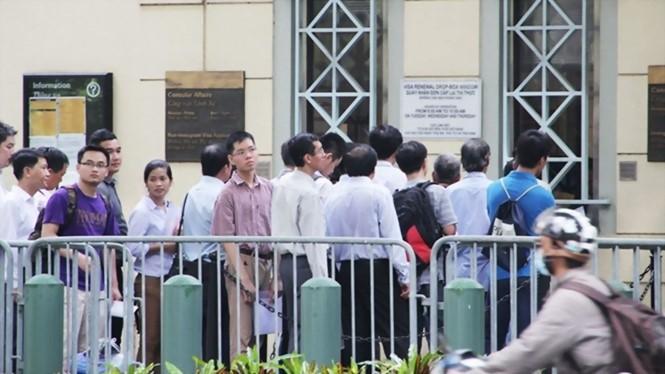 Xếp hàng chờ phỏng vấn cấp thị thực trước Tổng lãnh sự quán Mỹ tại TP.HCM - TRUNG HIẾU